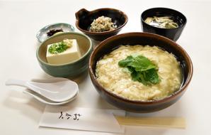 """Ensemble de peau de tofu """"Nama yuba don teishoku"""" (seulement 15 servis par jour) (Peau de tofu sur riz, tofu réfrigéré, soupe miso, petit plat, cornichons japonais) 990yen (taxes incluses)"""