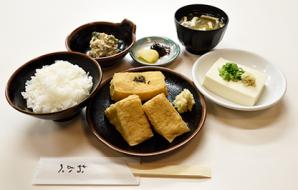 OKABE特色套餐(自開業以來的招牌套餐) (炸豆腐、米飯、日式拌豆腐、味噌湯、小菜、醃菜) 820日元 (含稅價)